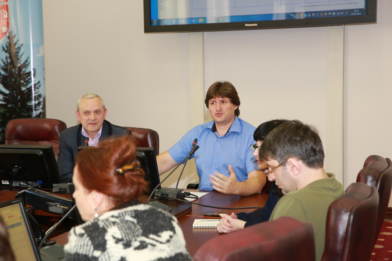 Анатолий Апанюк и Валерий Антонов отвечают на вопросы сотрудников